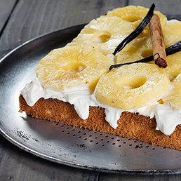 Getränktes Biskuit mit Ananas
