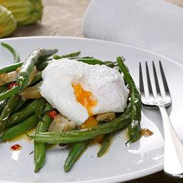 Artischocken-Bohnen Salat mit pochiertem Ei