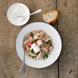 Wurst-Salat mit Hüttenkäse und Kräutern