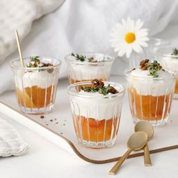 Ziegenfrischkäse im Glas mit Apfel und Pumpernickel