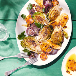 Minilaitues romaines et abricots au barbecue, fromage à griller fait maison