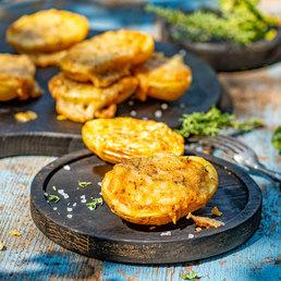 Pommes de terre au four et croûte épaisse de fromage