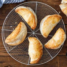 Chaussons en pâte feuilletée aux pommes, au fromage et aux oignons