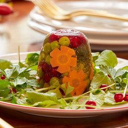 Gemüse-Sülzli auf Kräutersalat