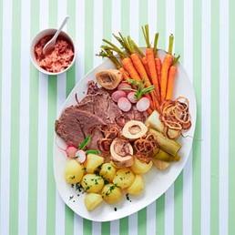 Siedfleisch mit  Apfel-Radieschen-Salat  und Röstzwiebeln