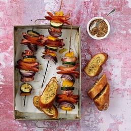 Brochettes de minicervelas et pain à l'ail