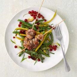 Brochettes de poulet et haricots en salade
