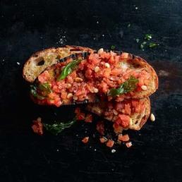 Tomatentatar mit Basilikumchips und Gin