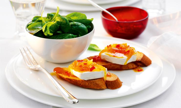 Ziegenkäse-Toasts mit pikanter Orangensauce