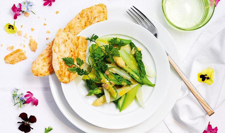 Salade d'asperges et crackers au sésame