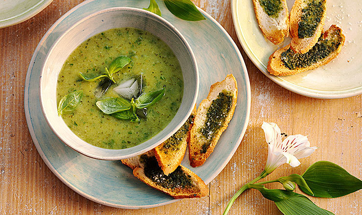 Eisgekühlte  Zucchetti-Basilikum-Suppe