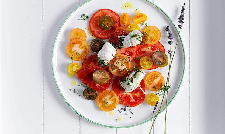 Fischröllchen  mit Kräuter-Zwiebelfüllung und Lavendel-Tomatensalat