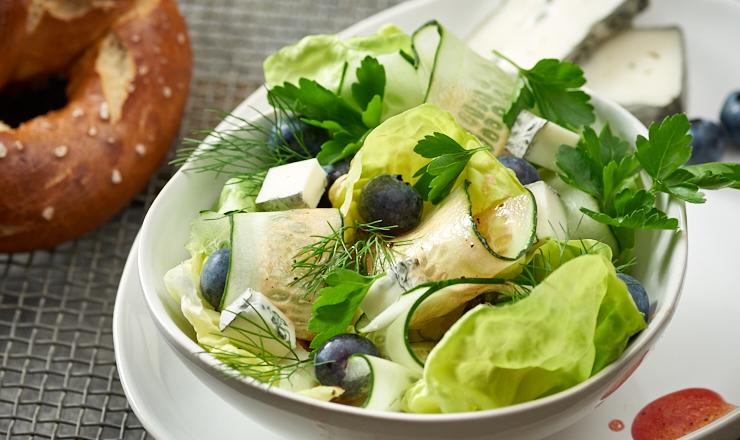 Pikanter Gurken-Beeren-Salat  mit Geisskäse