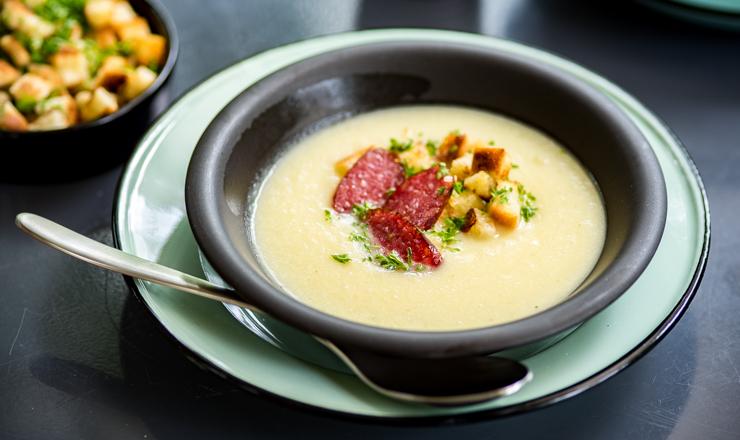 Pastinaken-Apfel-Suppe mit Schüblig