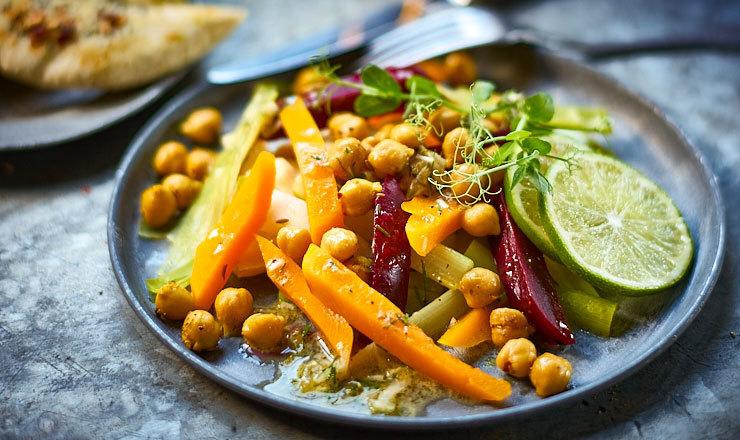 Gemüsesalat mit Käse-Pita-Streifen