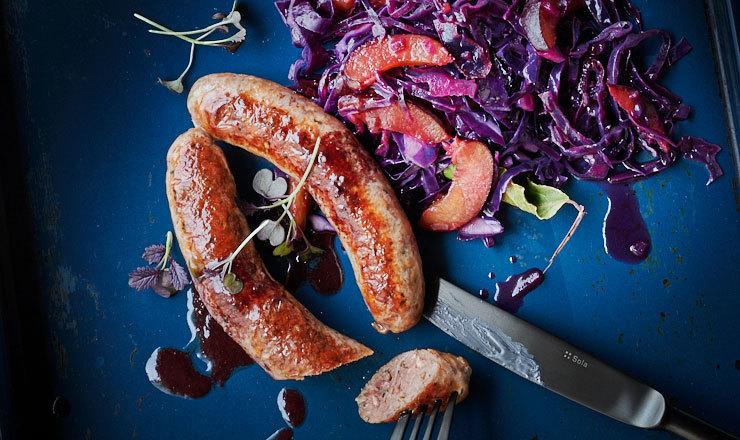 Rotkohl mit Zwetschgen und Rotwein-Bratwürsten