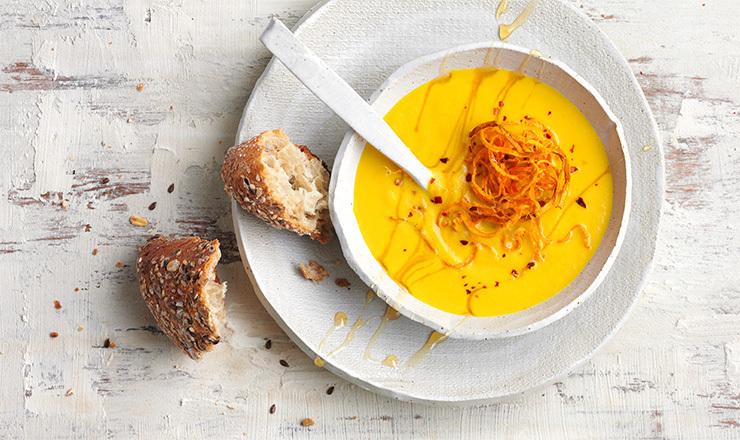 Pikante Rüeblisuppe mit Honigfäden und Rüebli-Heu