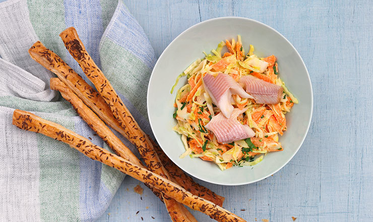 Coleslaw mit Kümmel-Flûte und Rauchfisch