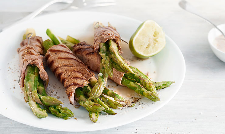 Fleisch-Spargel-Rollen mit weisser BBQ-Sauce