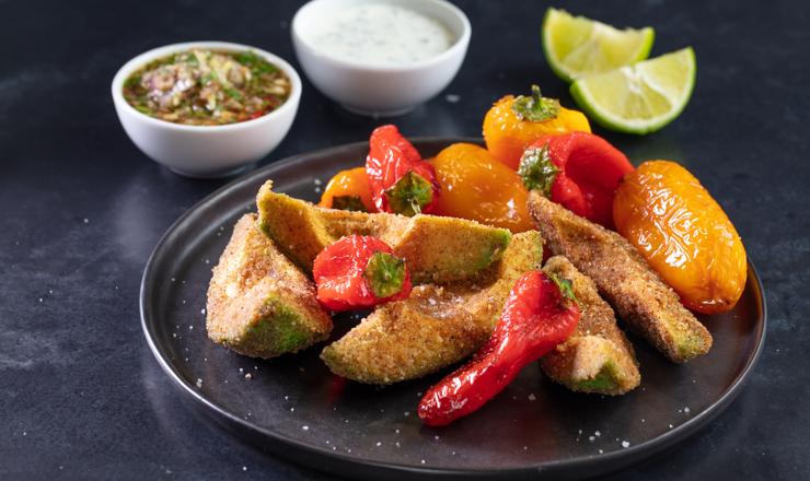 Frittierte Avocado mit Sauce und Kräuterdipp