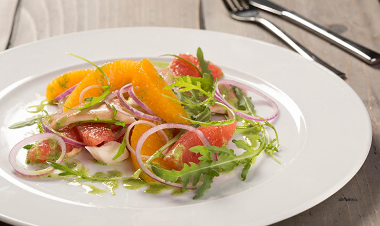 Zitrus-Zwiebelsalat mit geräuchertem Fisch