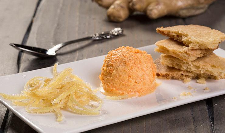 Karotten-Ingwer-Glace mit kandiertem Ingwer und Knuspererde