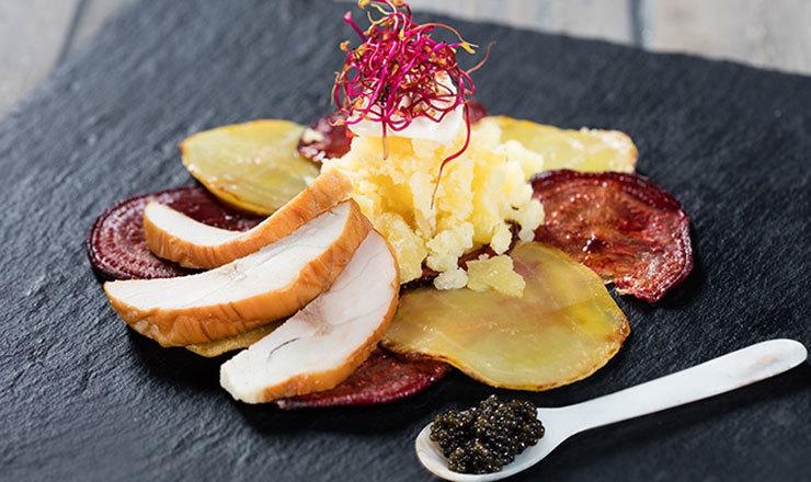 Gebratenes Randen-Carpaccio mit Kaviar und geräuchertem Stör