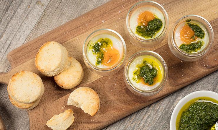 Eier im Glas mit Kräuterpesto und Scones
