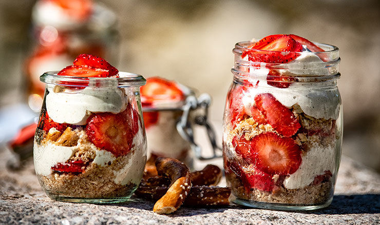 Tiramisu à la fraise et bretzels au sel