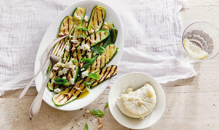 Ricotta salata auf Zucchetti-Salat