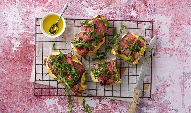 Quarkcrème-Brot mit Roastbeef
