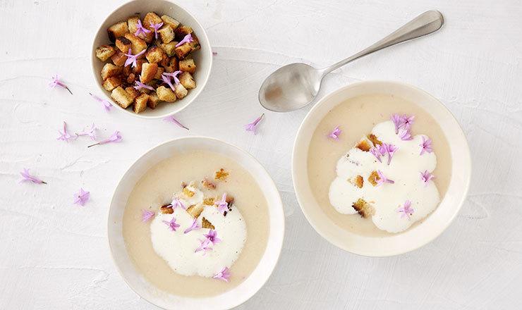 Sellerie-Knoblauchblüten-Suppe