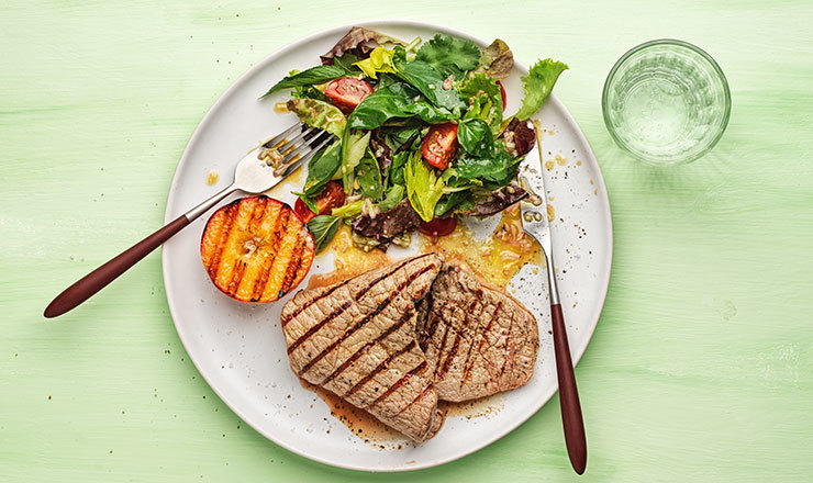 Grillierte Kalbspaillards mit Saisonsalat